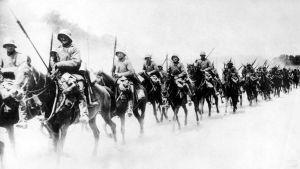 Saksalaisia sotilaita hevosen selässä