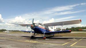 Antonov-2 tyyppinen pienlentokone Malmin lentokentällä.