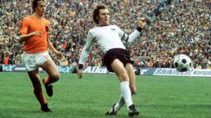 Johan Cruijff (vas.) ja  Franz Beckenbauer taistelevat pallosta vuonna 1974.