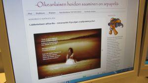 Blogin etusivulla kuva, jossa tyttö istuu selin laiturilla