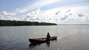 Kyrönjoen KoskiHäjyjen meloja Susanna Siirtola meloo kanootilla Lappajärvellä.