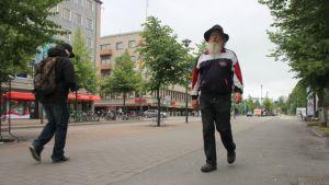 Kari Koslonen kävelee Joensuun Siltakatua pitkin.