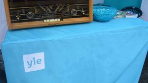 Vanha radio Yle Kainuun teltassa markkinakadulla.