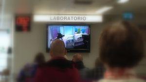 Fimlabin Hämeenlinnan laboratorin aulassa katsellaan aamutelevisiota