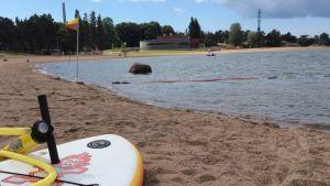 Hietalahden uimarannalla järjesteään SUP-kursseja