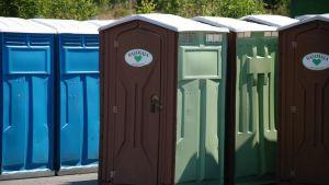 Muovinen siirrettävä vessa on pitkäikäinen tuote. Nykyistä vastaava malli oli käytössä jo  Woodstockissa.