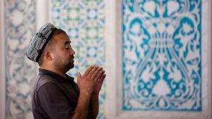 Etniseen vähemmistöön kuuluva islaminuskoinen uiguuri rukoilee moskeijassa Kashgarissa Koillis-Kiinan Xinjiangissa lokakuussa 2008.