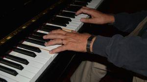 Kaj Chydeniuksen kädet pianon koskettimilla.