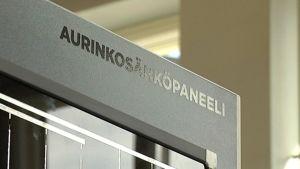 Aurinkopaneeli odottaa asennusta Helsingin Energian tiloissa.