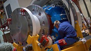 Miehet työskentelemässä Vuosaaren metalliteollisuudessa.