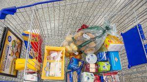 Ostoskärryt, joissa on ruokaostoksia.
