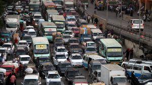 Liikenneruuhka kaupungin kadulla