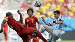 Belgian Vincent Kompany ja Argentiinan Lionel Messi Brasiliassa 2014