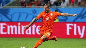 Hollannin Wesley Sneijder laukoo.