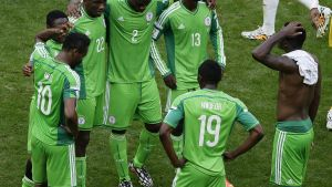 Nigerian pelaajat Ranska-tappion jälkeen.