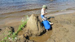 Poikia isompi hiekkakakku