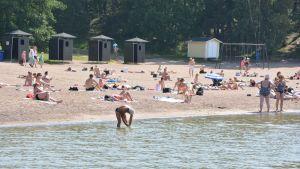 Kesän helteet tuovat ihmiset uimarannoille.