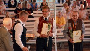 Kuvassa mesteripelimannit Janne Rauma Klas Nyström ja Aimo Mässbacka.