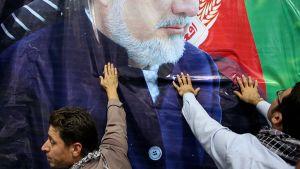 Abdullah Abdullahin kannattajia ja vaalijuliste Kabulissa.