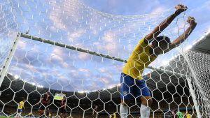 Brasilian pelaaja Fred tarrautuu maaliverkkoon sulatellessaan pelin etenemistä saksalaisten hyväksi.