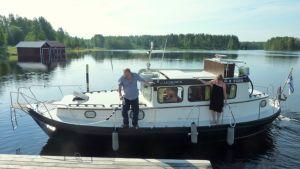 Lappeenrantalainen venekunta rantautuu Savonrannan vierassatamaan.