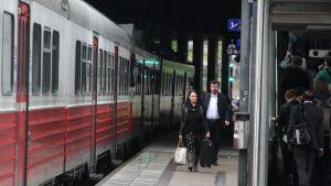 Matkustajia Pasilan asemalla, lähijuna asemalla.