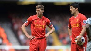 Liverpoolin Steven Gerrard ja Luis Suarez valmistautuvat vapaapotkuun.