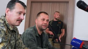 Separatistien julistaman Donetskin kansantasavallan pääministeri Alexander Borodai (kesk.) yhdessä puolustusministeri Igor Strelkovin (vas.) kanssa tiedotustilaisuudessa Donetskissa 10. heinäkuuta 2014.