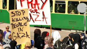 Noin parisataa ihmistä marssi Gazan ilmaiskujen lopettamiseksi Helsingissä lauantaina.