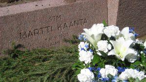 Vuosalmelta löydetty sankarivainaja Martti Kääntä saatettiin kotikirkkomaan haudan lepoon heinäkuussa Kalajoella.