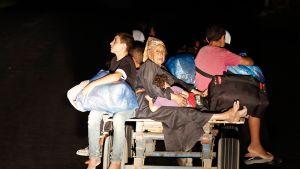 Palestiinalaiset jättivät kotinsa viime yönä suunnaten suojapaikkaan YK:n alaiseen kouluun Gazan pohjoisosissa Israelin rajujen pommitusten vuoksi.