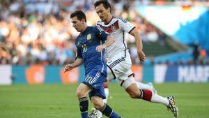Argentiinan Lionel Messi pitää palloa.