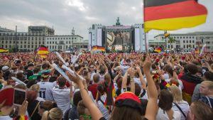 Tuhannet ihmiset kokoountuivat Brandenburgin torille