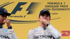 Mercedesin Lewis Hamilton ja Nico Rosberg palkintopallilla.