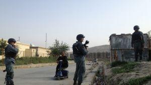 Afganistanin poliisi vartioi Kabulin lentoaseman liepeillä torstaina.