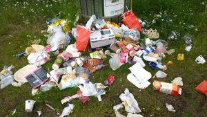 Levähdyspaikan roskasäiliön edusta Nelostien varrella Rovaniemen Tiaisessa