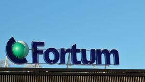 Kuvassa Fortumin mainoskyltti talvista taivasta vasten.