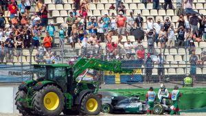 Lewis Hamiltonin auto vietiin traktorilla pois.