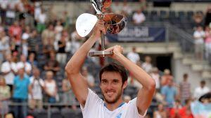 Leonardo Mayer juhlii ATP-turnausvoittoa Hampurissa.