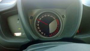 Kuvassa auton nopeusmittarin neula näyttää hieman yli 100km/h.