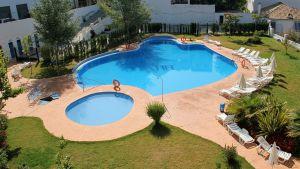 Kuvassa hotellin uima-allas.