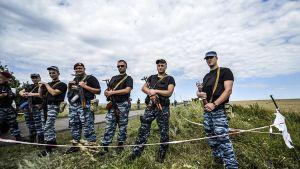 Aseistautuneet Venäjä-mieliset separatistit estivä pääsyn lentokoneen putoamispaikalle Graboven kylän läheisyydessä 20. heinäkuuta.