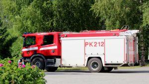 Paloauto lähdössä hälytystehtäviin Polvijärvellä.