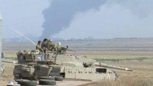 Israelilaissotilaita panssarivaunun päällä Israelin ja Gazan rajalla.
