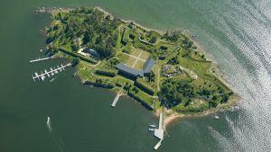 Svartholman merilinnoituksen muurit näkyvät selvästi ilmakuvasta.