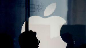 Asiakas Applen liikkeessä Tokiossa.