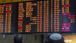 Matkustajat seuraavat lentotietojen muutoksia Ben Guriorin lentokentällä Tel Avivissa 22. heinäkuuta. Useat lentoyhtiöt ovat peruneet lentoja kaupunkiin.