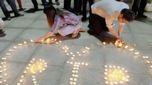 Malesialaiset sytyttivät kynttilöitä lentorumassa menehtyneiden muistoksi Kuala Lumpurissa 22. heinäkuuta.