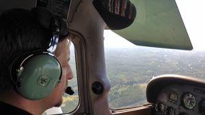 Kuvassa Antti Lintala Cessnan ohjaimissa.