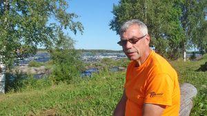 Vaaraniemi Markku kukkolankosken rannalla. Lippoaja